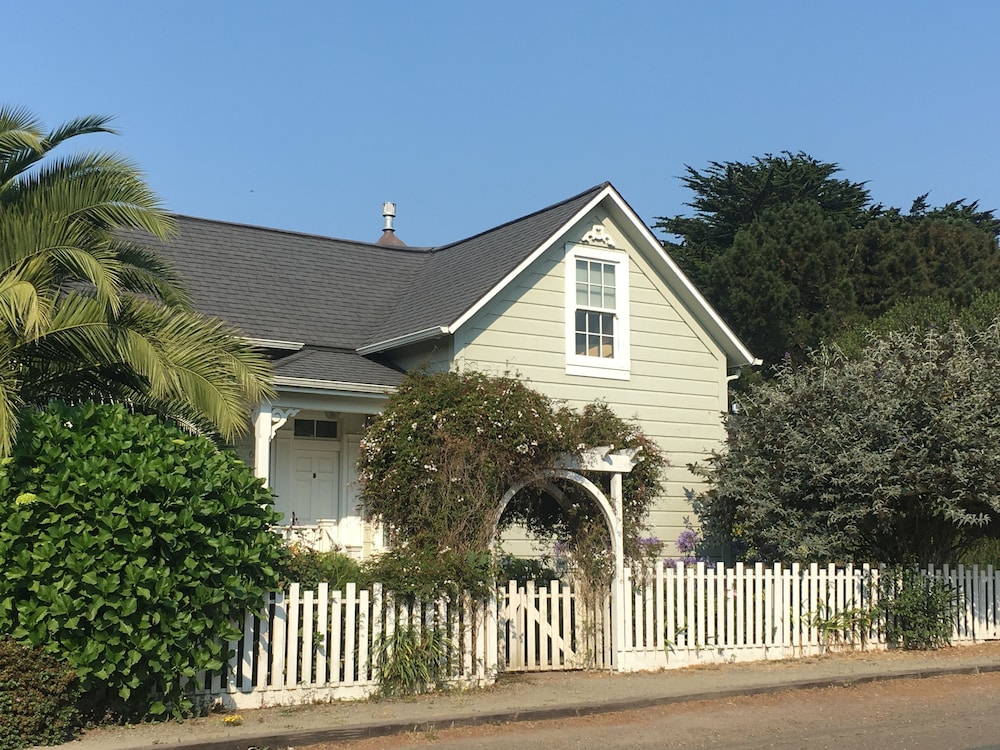 Mendocino Village Home Walking Distance To Restaurants