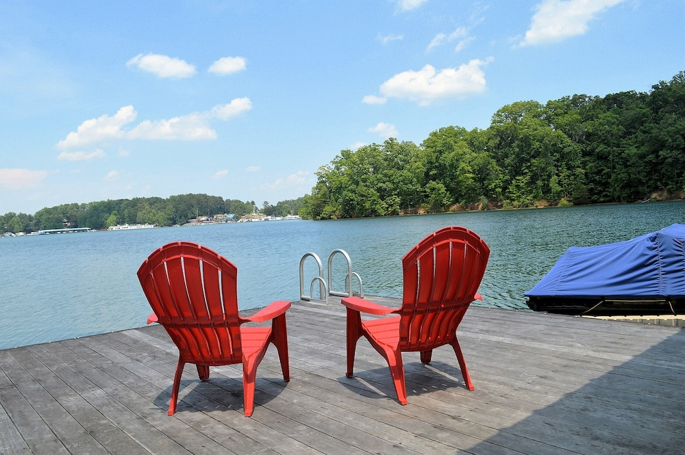 Comfortably Designed Lake Keowee Waterfront, Minutes to Clemson- In