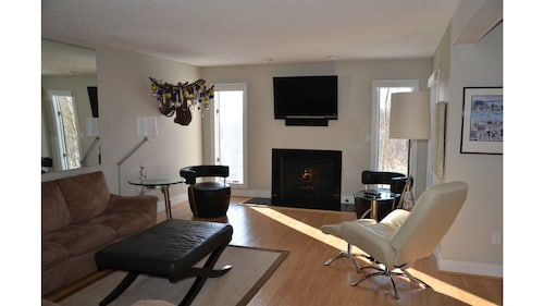 Modern Updated Condo/5 Minutes TO Boyne AND Nubs Nobs SKI Resorts