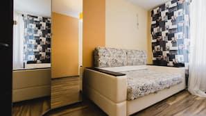 2 Schlafzimmer, individuell eingerichtet, Schreibtisch