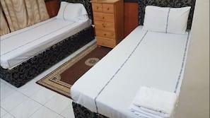 Skrivebord, blendingsgardiner, gratis wi-fi og sengetøy