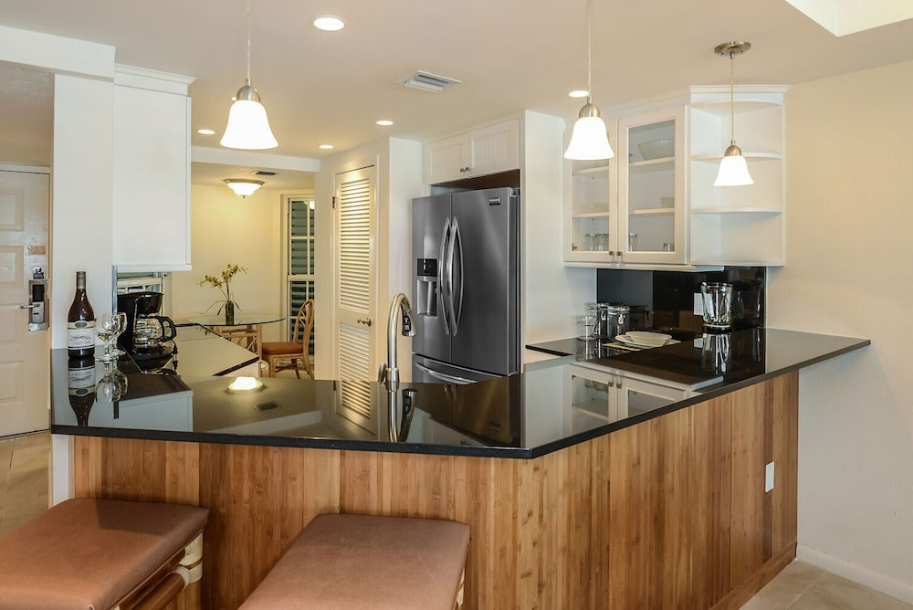 Private Kitchen, Luxury Waterfront at the Galleon Resort in Old Town