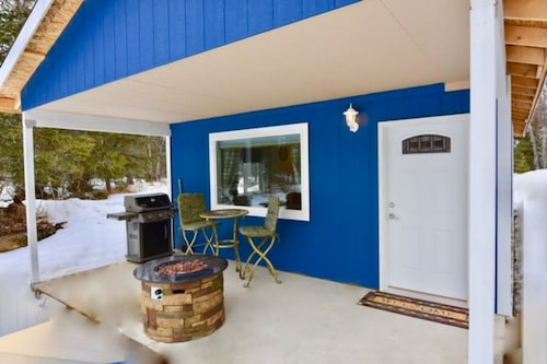Great Place to stay AK Vacation Cabins Woodland Hollow Log Cabin near Palmer