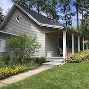 Walk to Lake Mi/fishtown! In-town Leland.open OCT 21-31.near Wine Trail & Hiking