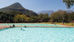 3 piscines extérieures