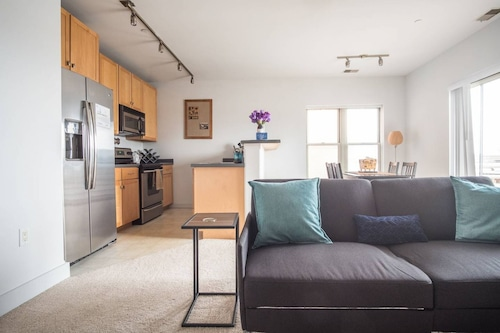 Convenient 1BR in 3rd Ward with Parking