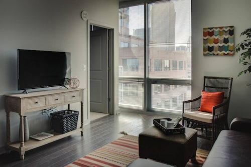 Stylish 1BR Apt Near Spectrum Center