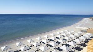 Spiaggia privata, sabbia scura, cabine (a pagamento), lettini da mare