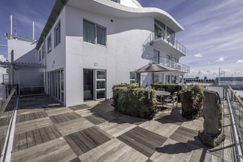 Seaview 1BR Apartment with Amazing Deck