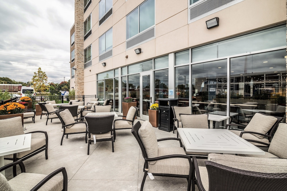 Terrace/Patio, Holiday Inn Express & Suites Allen Park
