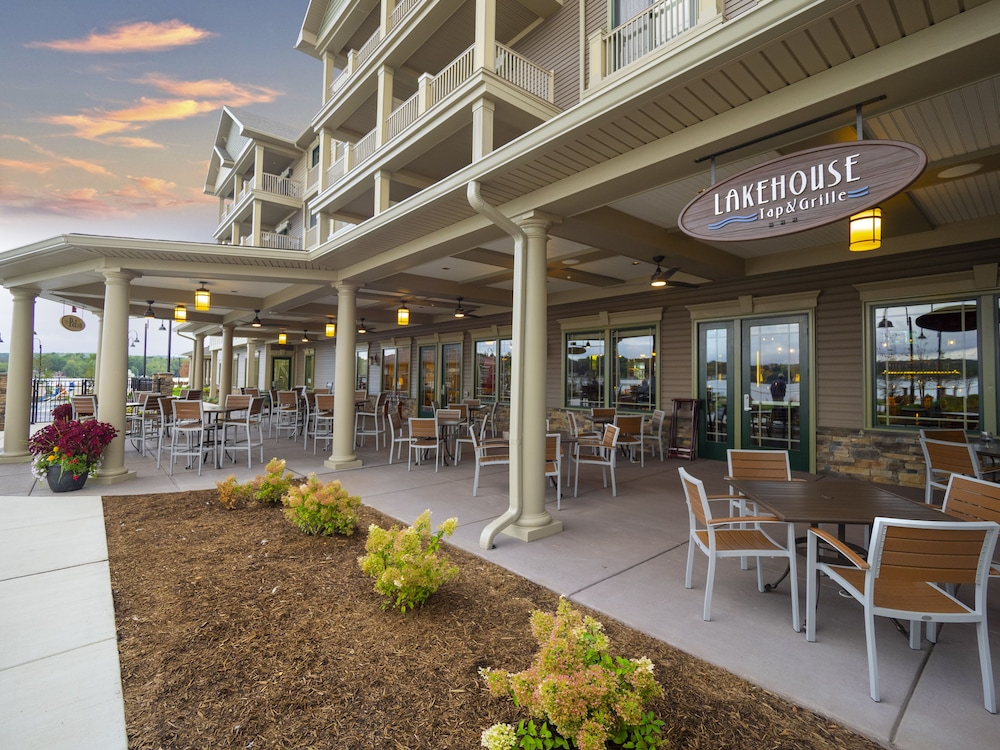 Outdoor Dining, Chautauqua Harbor Hotel- Jamestown