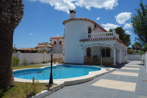 Villa for 10 People, 800m From the Beach, Private Pool, air Conditioning, Wifi