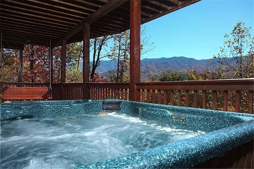On Eagles Wings 2 Bedroom Mountain View Home with Hot Tub