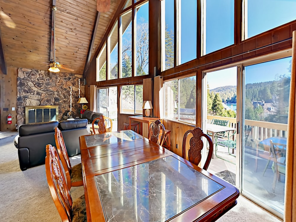 In-Room Dining, Lake-view 4br W/ 2 Decks & Game Room 4 Bedroom Home