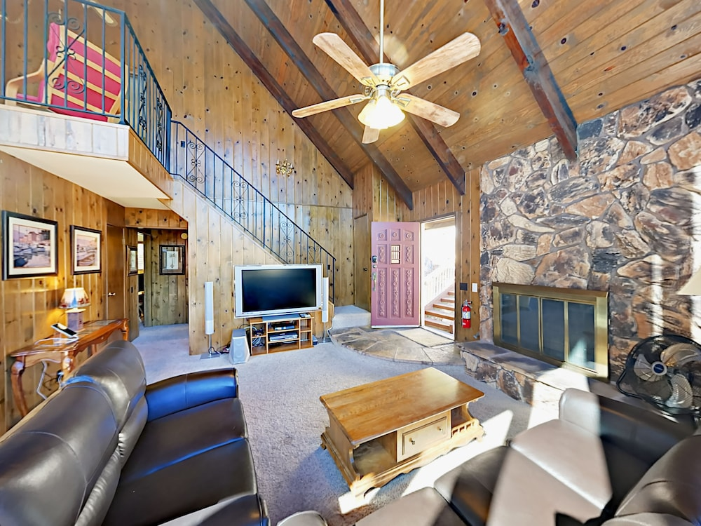 Living Area, Lake-view 4br W/ 2 Decks & Game Room 4 Bedroom Home