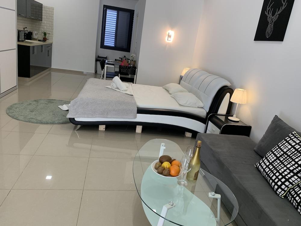 Exterior Deluxe Studio Featured Image Standard 1 Bedroom Guestroom