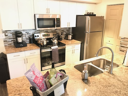 2/2 Sleeps 7 Walk to Sawgrass Mall/bb&t Center/10min From Airport 15min From MIA