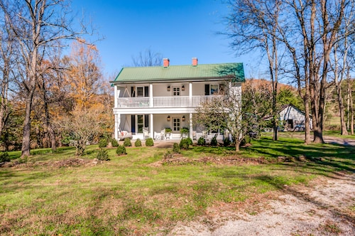 Beautiful Completely Restored 1860's Farmhouse One Hour South Of Nashville