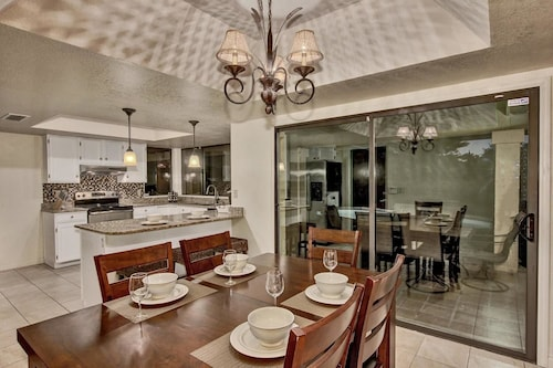 SLS Kathleen Amazing Location with FREE Heated Pool, Spa, Pool Table & Putting Green
