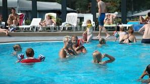 2 udendørs pools, åben fra kl. 10.00 til kl. 21.00, liggestole