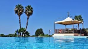 季节性开放的室外游泳池,09:00 至 19:00 开放,池畔遮阳伞,日光浴躺椅