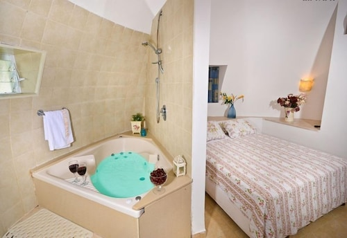 Deep Soaking Bathtub, Dor Holiday Village