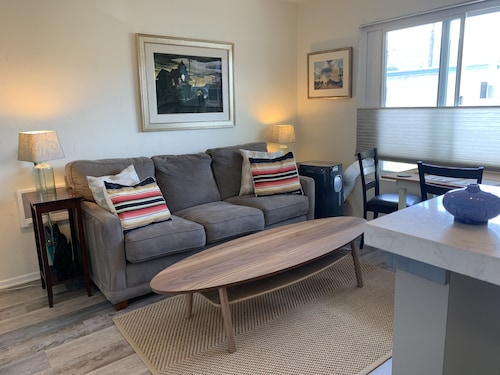 Just a few Steps From Carpinteria State Beach. Bright, Clean and Cozy