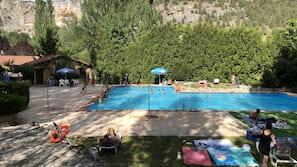 Una piscina al aire libre de temporada (de 11:00 a 20:00), sombrillas