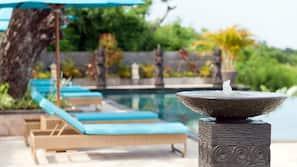 室外泳池;07:00 至 18:00 開放;泳池傘、躺椅