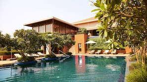 4 piscinas externas, funciona das 7h00 às 19h00, guarda-sóis
