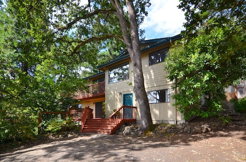 Private Hideaway Close to U of O Hiking & Biking
