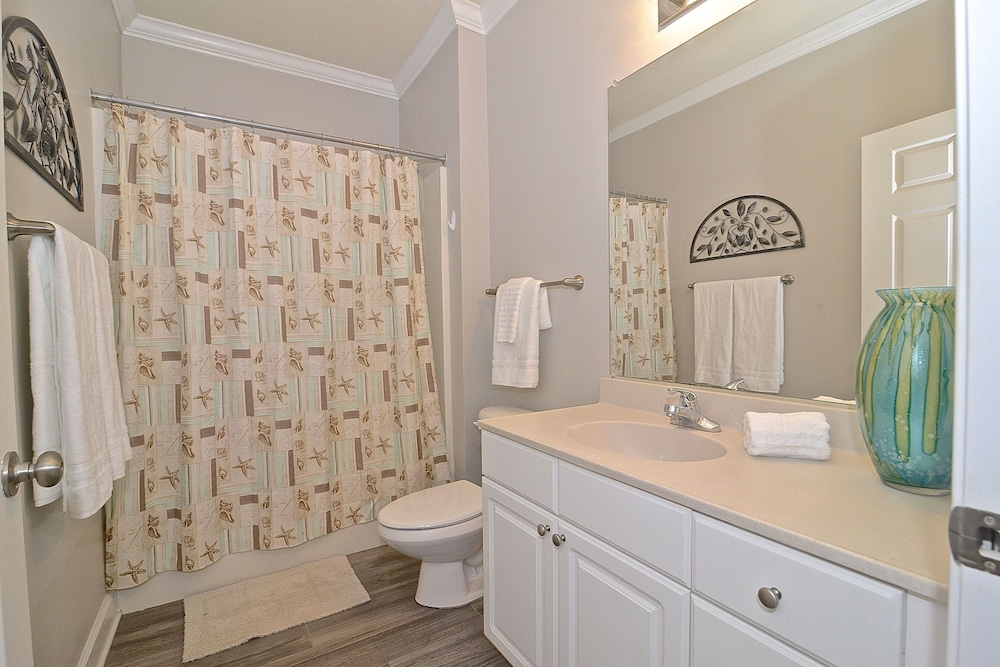 Bathroom, Perfect Location For Shopper, Short Walk To The Shops , Late Summer Fun Enjoy