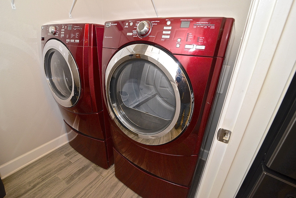 Laundry Room, Perfect Location For Shopper, Short Walk To The Shops , Late Summer Fun Enjoy