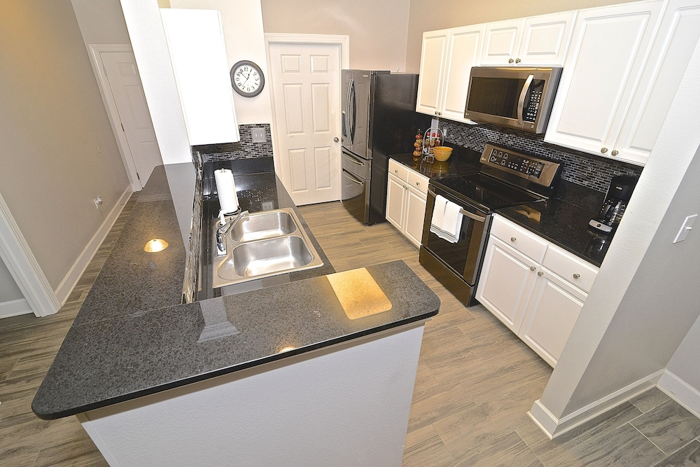 Private Kitchen, Perfect Location For Shopper, Short Walk To The Shops , Late Summer Fun Enjoy