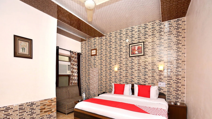 OYO 11912 Hotel Nav Classic