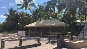 Playa privada cerca, arena blanca y tumbonas