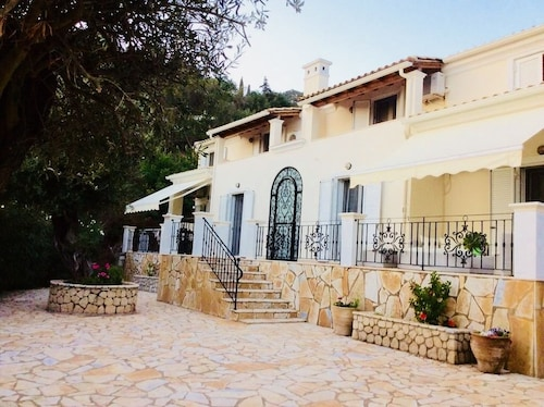 Villa Ampelaki (30 meters to the beach)