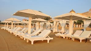 Privatstrand, Sonnenschirme, Strandtücher, Sporttauchen