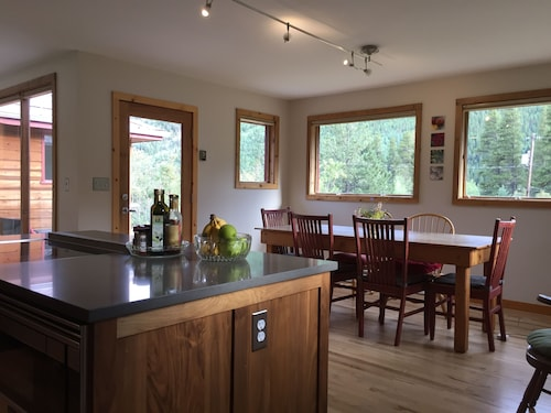 Light-filled Eldora Cabin W/beautiful Views. Two Blocks to Hiking / Skiing