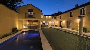 실내 수영장, 시즌별로 운영되는 야외 수영장, 수영장 파라솔, 일광욕 의자