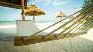 Plage, sable blanc, parasols, massages sur la plage