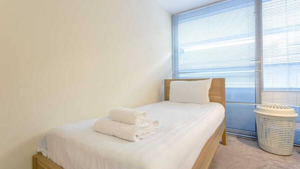 2 Schlafzimmer, hochwertige Bettwaren, Bettwäsche