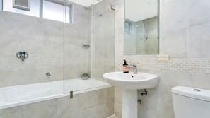 Ducha y bañera combinadas, secador de pelo y toallas