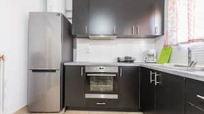 Køleskab/fryser i fuld størrelse, ovn, komfur, kaffe-/temaskine