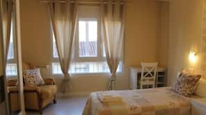 Escritorio, cortinas opacas, tabla de planchar con plancha y wifi gratis