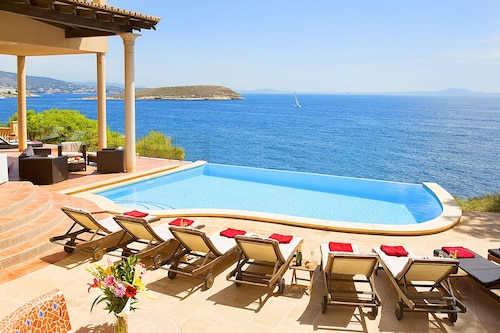 Enormous Luxury SEA Front Villa, Lämmitetty Jacuzzi, Infinity Pool, Beach 5 Minutes