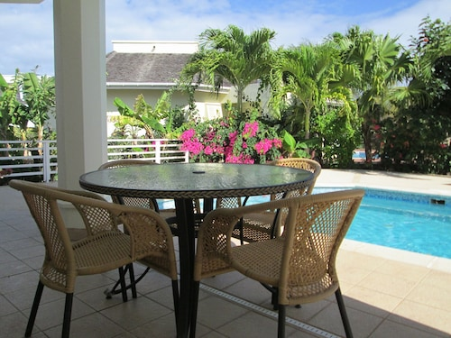 2 Double Bed-room Villa, Own Private Pool, Golf Course and Ocean Views, Sleeps 4
