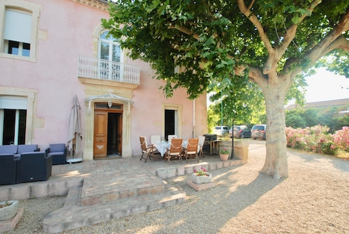 Between Nîmes and the Sea, Beautiful Stone House, Swimming Pool, Enclosed Garden; car Park