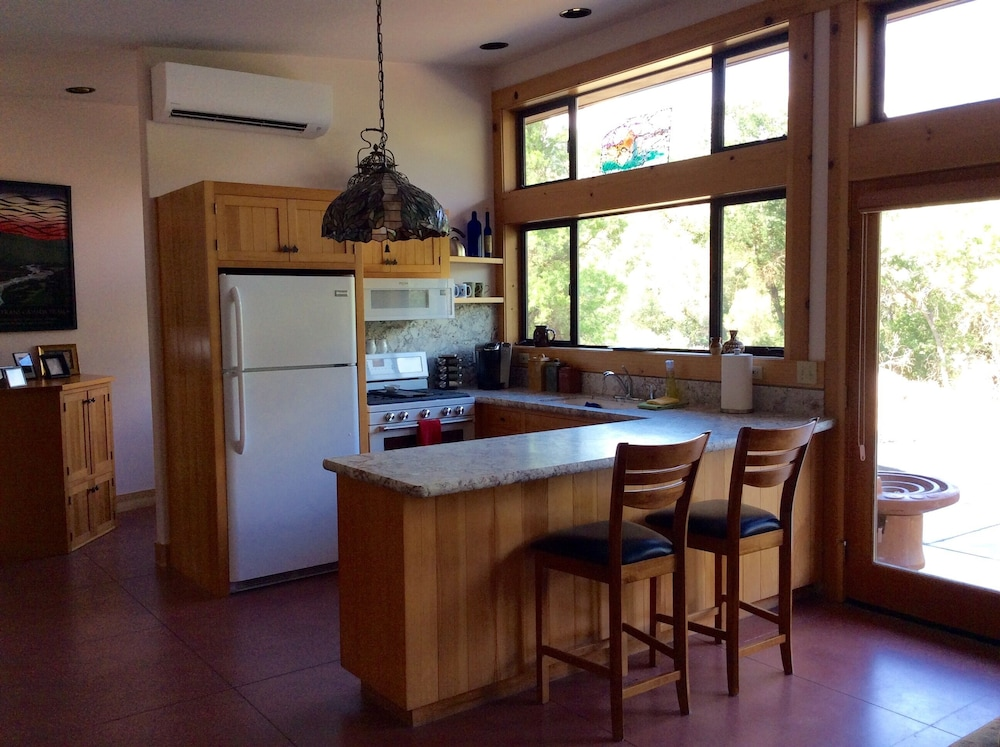 Private Kitchen, NEWLY OPENED!! Upscale, riverfront cabin, sleeps 6; amazing amenities to dazzle