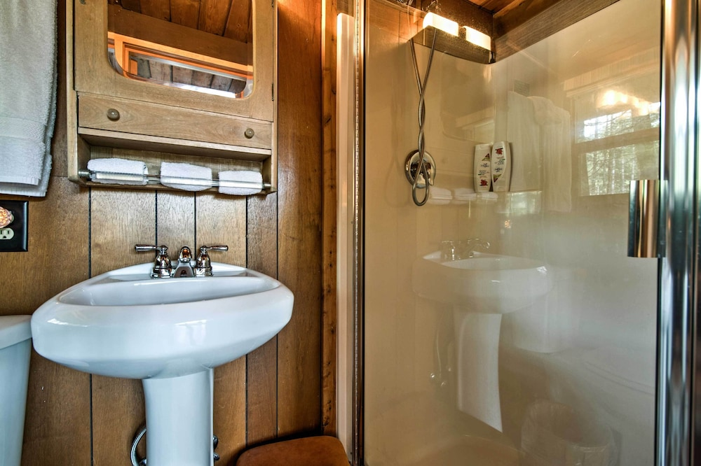 Bathroom, 'alpine Annies' - 30 Min. to White Pass Ski Area!